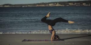 800×400-unsplash-yoga-instructor-1